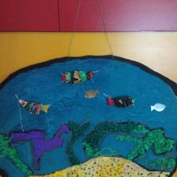Klasa 1a dokładnie wie,  jak ważna na naszej planecie jest woda. Podczas lekcji uczniowie dowiedzieli się jakie właściwości ma woda,  jakie zwierzęta żyją w wodzie i jak należy dbać o zasoby wody na świecie. Na koniec uczniowie w grupach wykonali takie piękne akwaria.