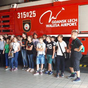 W dniu dzisiejszym klasa 7C wraz z opiekunami udała się na wycieczkę na lotnisko w Gdańsku-Rębiechowie, gdzie miała szansę bliżej przyjrzeć się jego funkcjonowaniu. Przy okazji uczniowie sprawdzili swoją znajomość zadawania pytań w języku angielskim, bowiem zadaniem ich było przeprowadzić wywiady z napotkanymi tam osobami.