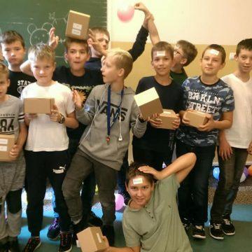 Chłopcy z 6a podczas klasowego Dnia Chłopaka. Dziewczyny zadbały o swoich kolegów przygotowując im moc atrakcji i słidkie nagrody za udział w konkursach 🍬🍭🍩🎁