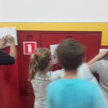 Klasy 4 na technice poznają znaki ewakuacyjne oraz ochrony przeciwpożarowej, które znajdują się w naszej szkole :)