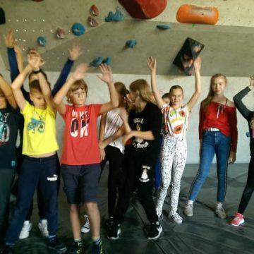 Uczniowie 6a i 6c zdobywali dziś szczyty podczas zajęć na ściance wspinaczkowej 💪💪💪😁
