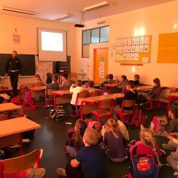 Dzisiejsze spotkanie z Wydziałem Bezpieczeństwa Ruchu Drogowego Komendy Powiatowej w Pruszczu Gdańskim, klasy 1b,c,d i e przypominały sobie jak poruszać się po drogach i jak bezpiecznie spędzić ferie🤝👮♂️🚓👍