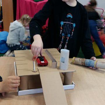 Drugie życie kartonów czyli zajęcia kreatywne w wykonaniu dzieci ze świetlicy. Garaż, myjnia, laptop, tel komórkowy – to tylko niektóre z pomysłów pierwszaków. Brawo.