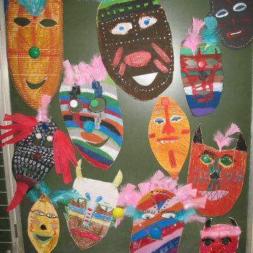 """Przed feriami zimowymi z Obieżyświatem odwiedziliśmy Afrykę. Pamiątkami z naszej wyprawy """"na niby"""" są afrykańskie maski, które sami wykonaliśmy."""